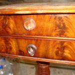 Am Tischchen sind die Schlösser defekt und das Holz ist angeschlagen
