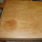 Die Tisch-Oberfläche ist von der Sonne stark ausgeblichen und fleckig geworden