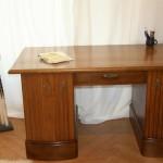 Nach der Aufarbeitung sieht der Schreibtisch aus wie neu