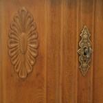 Detail: Die Holzverzierung verleiht dem Schreibtisch wieder eigenen Stil