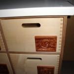 Das Wahrzeichen der Kita: Ein Schnecken-Motiv in Mahagoni geschnitzt