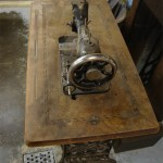 Ein antikes Nähmaschinentischchen..