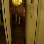 Der Uhrmacher hat das Werk repariert und wieder eingesetzt. Jetzt erstrahlt die Uhr wieder in neuem Glanz
