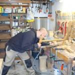 Bankraum: Hier wird noch traditionelles Werkzeug benutzt wie die Gestellsäge für eine Kreuzüberblatttung