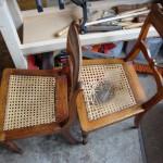 zwei Stühle warten auf ihre Instandsetzung