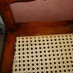 Detail: Die Korbflechterei hat das Geflecht der Stühle erneuert