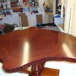 Einzelanfertigung: Tischchen aus einer Mahagoni-Baumscheibe