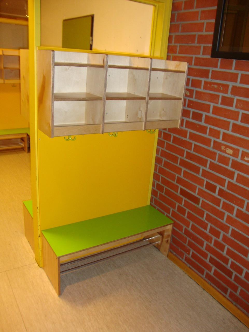 b nke mit garderobe f r einen kindergarten tischlerei. Black Bedroom Furniture Sets. Home Design Ideas