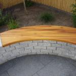 Sitzbank in einer Steinmauer
