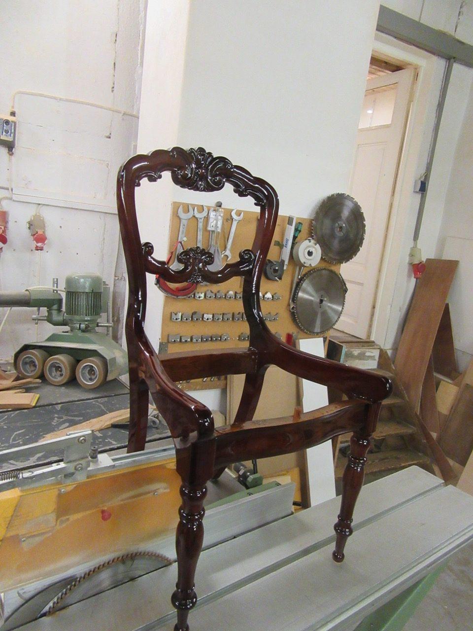 Stuhl neu lackiert