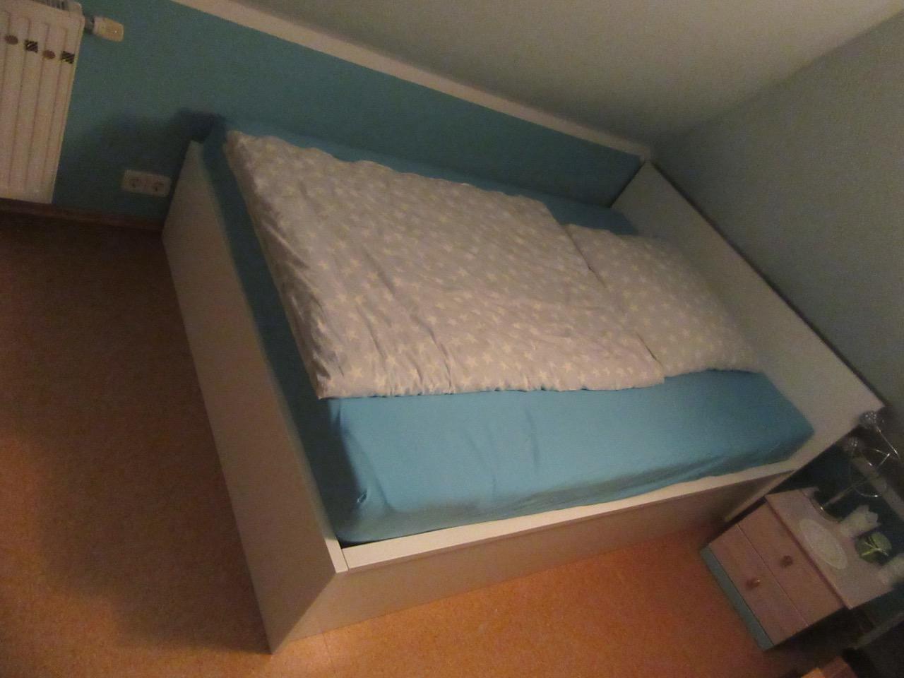 Weiß lackiertes Bett baugleich