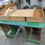 Grün lackierter Schreibtisch und dazugehörige Schubkästen Lackierung antiker Tisch