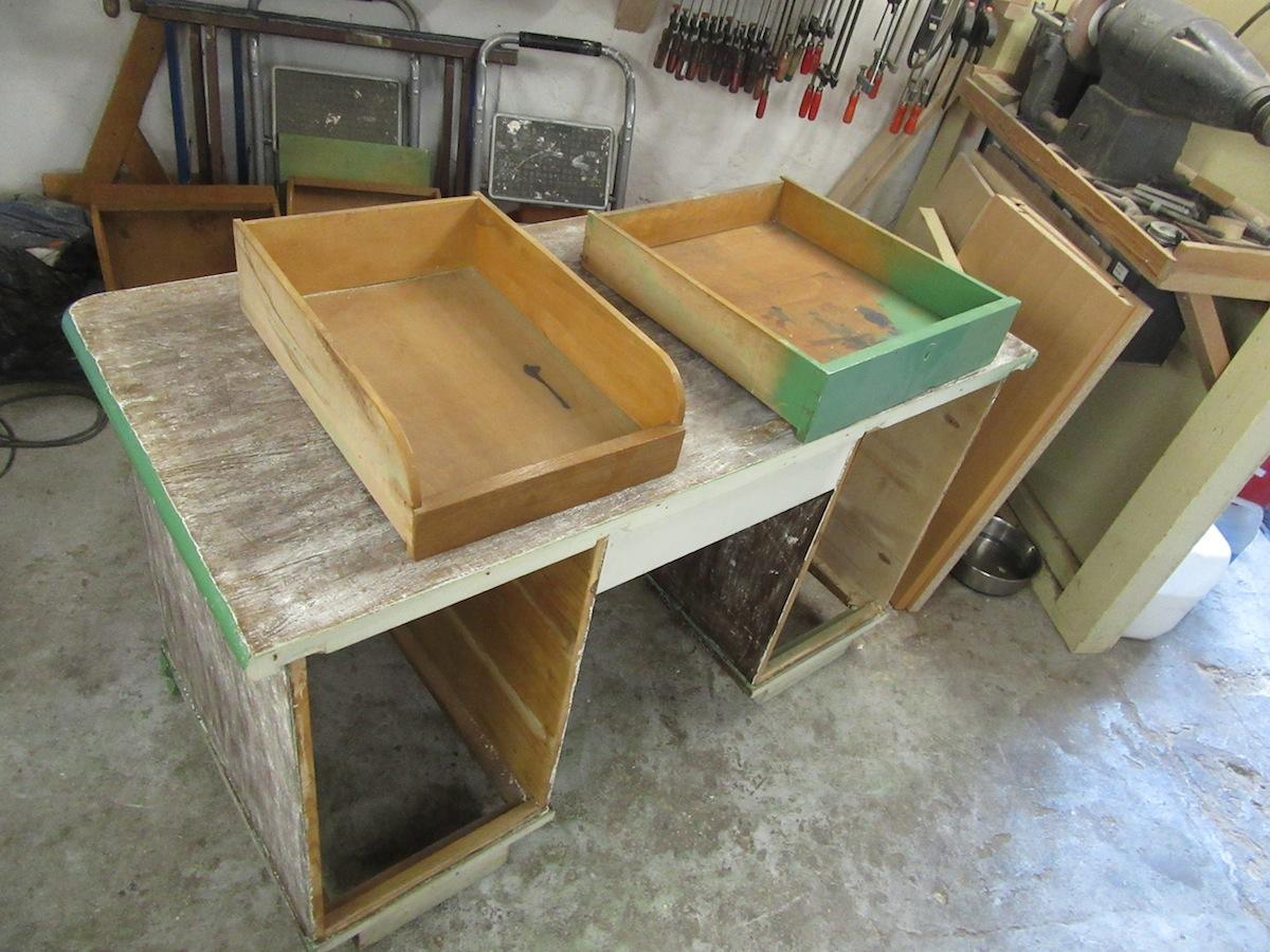 Abschleifen Eichenholz Schreibtisch neu lackieren
