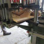 Formverleimung aus Eichenfurnier in der Holzwerkstatt Helmeke im Süden von Hamburg