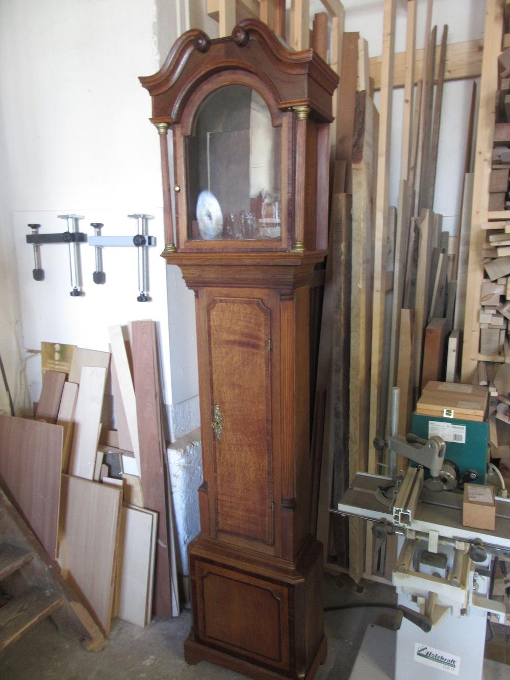 Restaurierung einer alten Standuhr in Tischlerei Helmeke