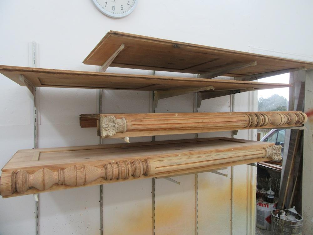 Antike Möbel werden im Lackierraum der Tischlerei neu lackiert