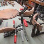 Antiker Tisch wird restauriert
