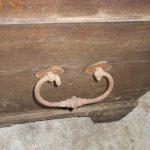 Griffe der alten Holztruhe verrostet und beschädigt