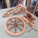 Spinnrad in Einzelteile zerlegt und vom Tischler geschliffen