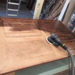 Tisch wird in der Holzwerkstatt Helmeke im Landkreis Harburg abgeschliffen