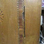 Alter Holzschrank ist beschädigt und gerissen und wird restauriert