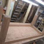 Tischler fertigt neuen Tisch mit Baumkante an
