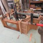 Standuhr wird vom Tischler restauriert