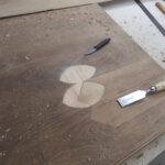 Tischplatte wird vom Tischler restauriert