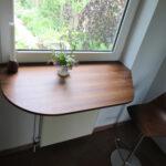 Tischler fertigt Tisch als verlängerte Fensterbank