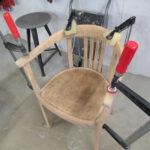 Verleimung eines Stuhls aus Holz in Tischlerei
