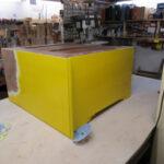 Gelbe Kommode wird in Tischlerei restauriert