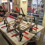 Tischler Jörg Helmeke repariert ein Sesselgestell in seiner Tischlerei